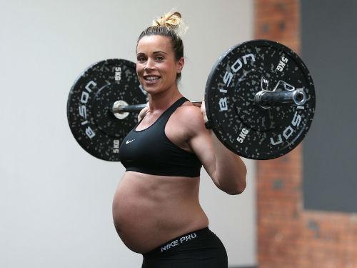 英国怀孕妇女坚持举重 高强度运动引发关注