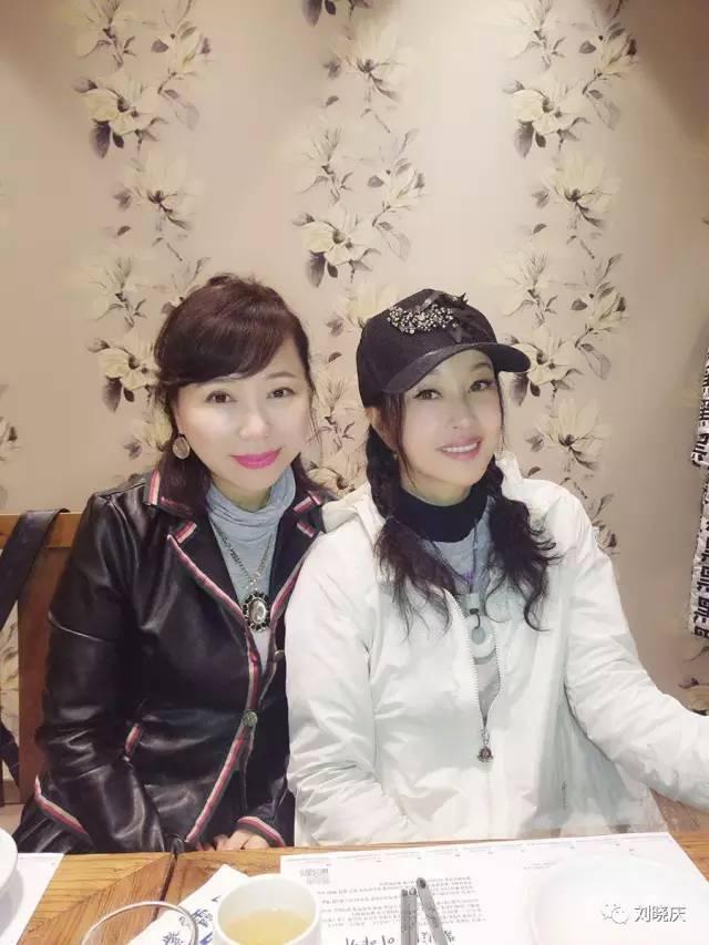 刘晓庆扎双马尾穿白衣与友聚餐