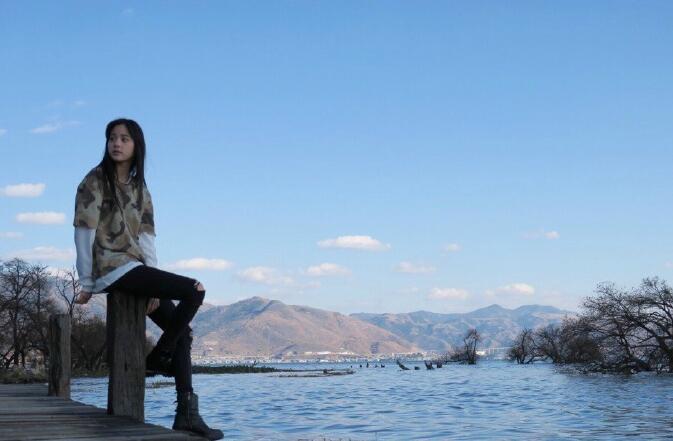 欧阳娜娜湖边自拍 你们喜欢吗