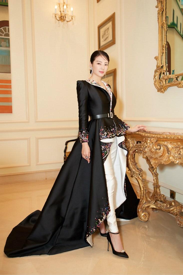 张雨绮出席金像奖 化身女王美艳美艳大气