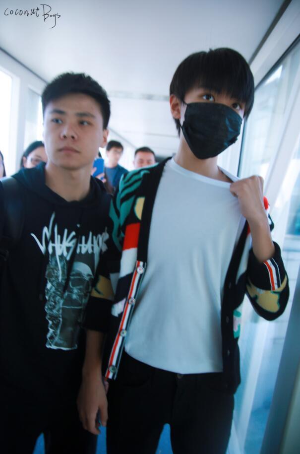 衣领太紧了?王俊凯机场不时用手抓领口