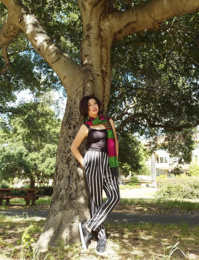 刘晓庆背靠大树凹造型 穿紧身吊带上围傲人