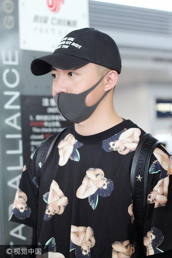 俞灏明现身机场 仰面闭眼似打喷嚏变表情包