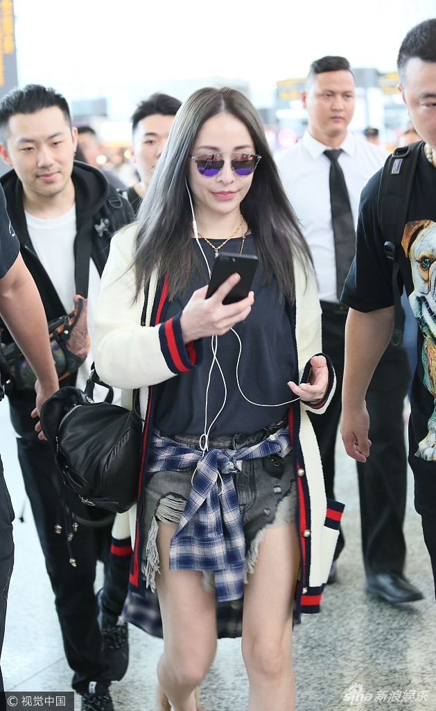 难以相信她37岁了!萧亚轩穿热裤大秀白嫩美腿