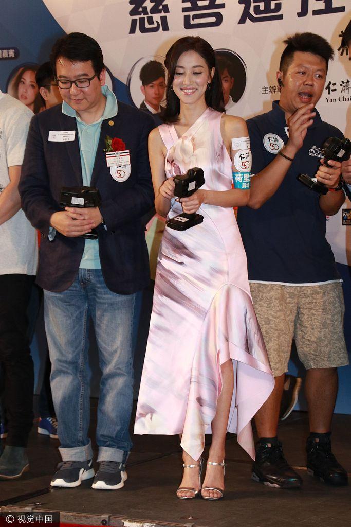 陈凯琳穿丝质长裙出席活动女人味十足