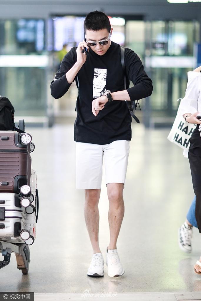 俞灏明机场遭迷妹紧随 手插裤袋耍帅疤痕仍明显