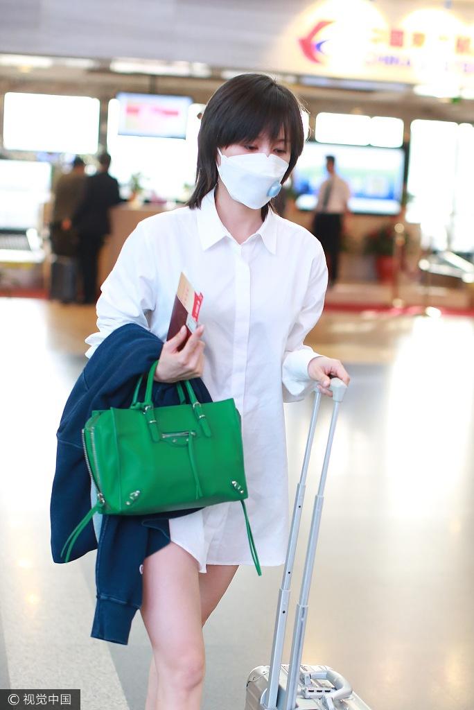王子文口罩遮面自推行李 玩下衣失踪秀美腿