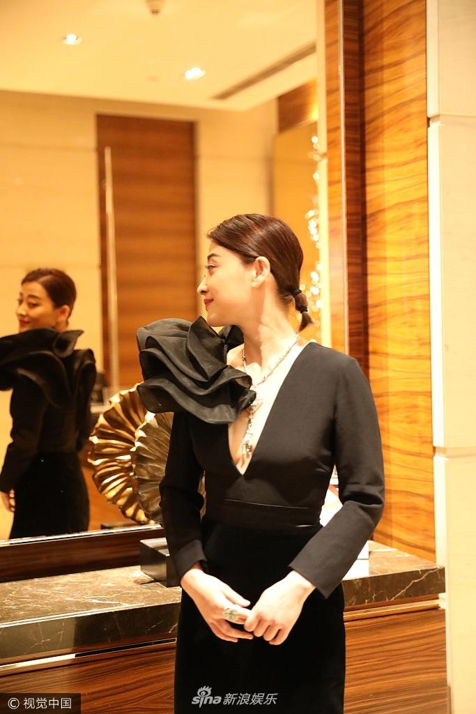 梅婷身材苗条 黑色深V长裙秀酥胸美背 照镜子