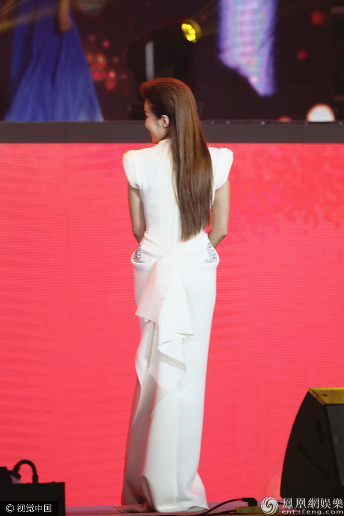 主持人朱迅为慈善出力 一袭拖地白裙气质尽显 与小女孩互动母爱爆棚