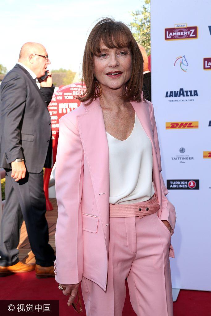 影后于佩尔粉色西装现身马术比赛 帅气优雅
