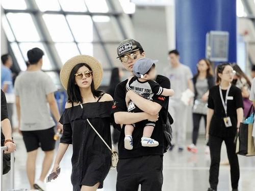 陈妍希和老公现身机场 陈晓抱娃现身机场姿势专业满眼宠溺