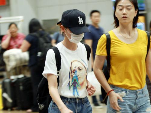 袁姗姗现身机场热裤秀美腿 一路低头大步流星