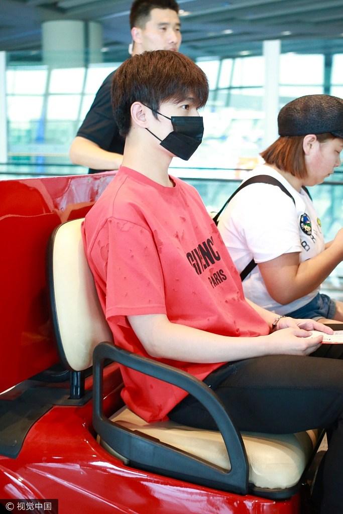 杨洋现身机场穿大红的T恤变