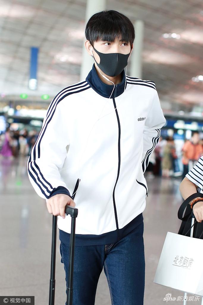 陈凯歌17岁儿子陈飞宇大长腿迷人 简直是