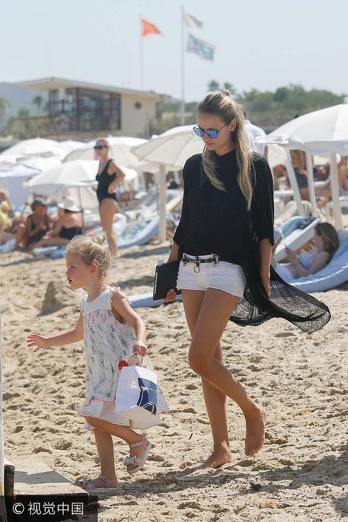 超模娜塔莎・波莉海边度假 美腿吸睛老公孩子伴身侧
