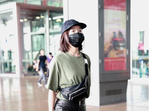 袁姗姗素颜口罩遮面现身 斜背挎包变身最美