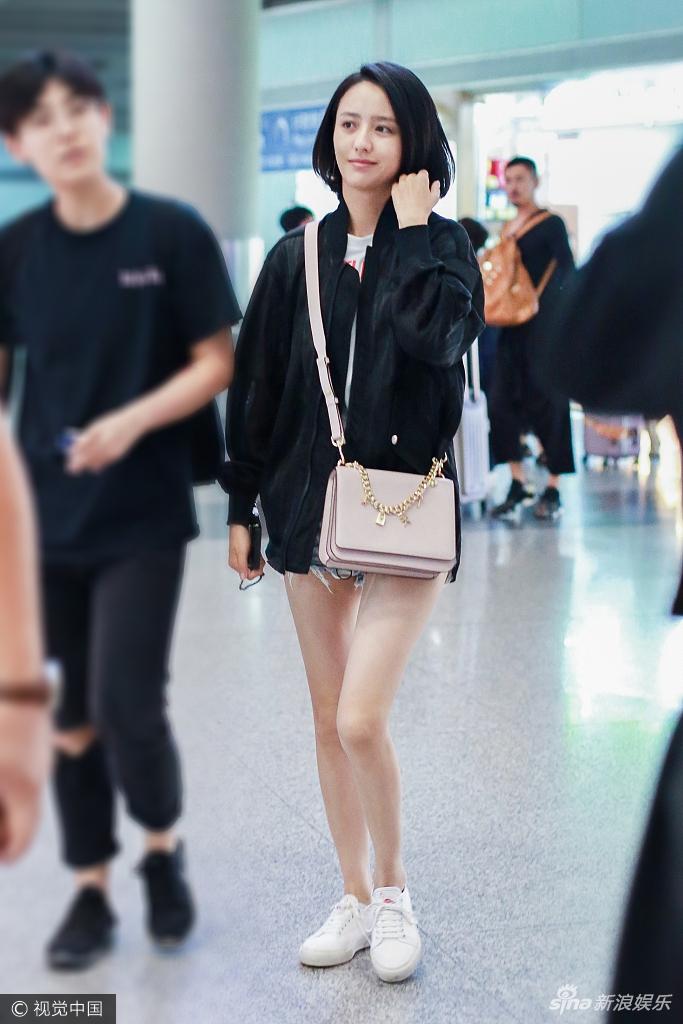佟丽娅素颜现身机场 穿夹克秀美腿甜笑露酒窝