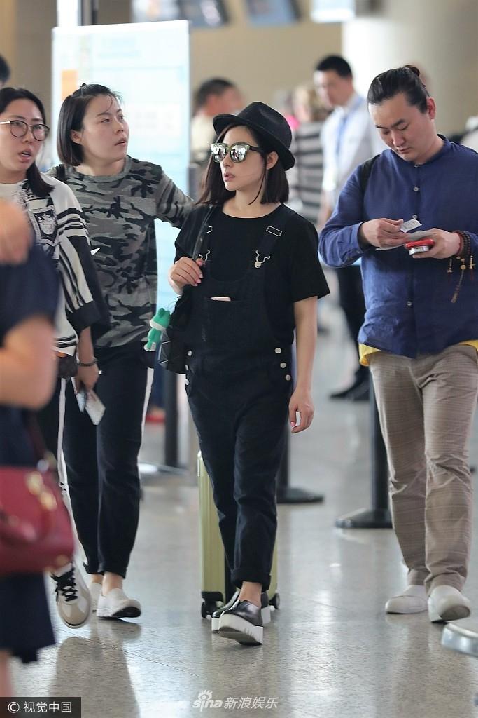 刘璇黑色休闲装低调无人识 变微胖界女神专注玩手机