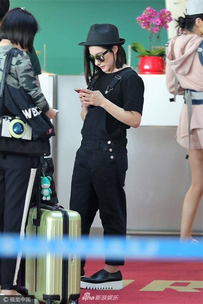 刘璇低调现身机场无人识 变身微胖女神低头专注玩手机