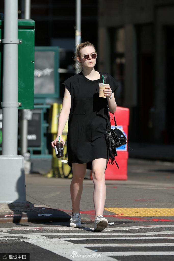 19岁艾丽-范宁秀白皙美腿 豪气拿两杯冷饮暴吃货本性