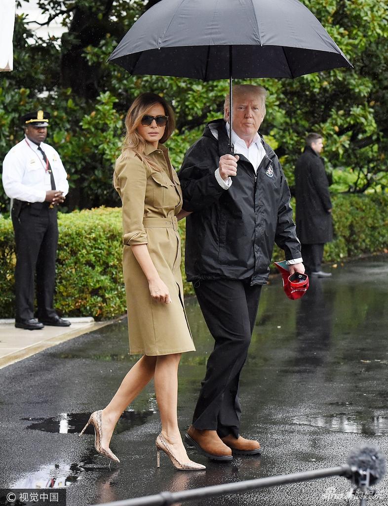 特朗普夫妇乘私人飞机访问 特朗普替娇妻撑伞变暖心丈夫