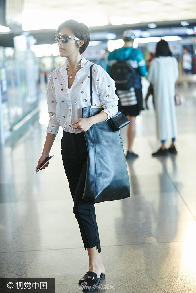 张俪一身休闲装扮背超大size包包现身机场 侧分短发帅气满分