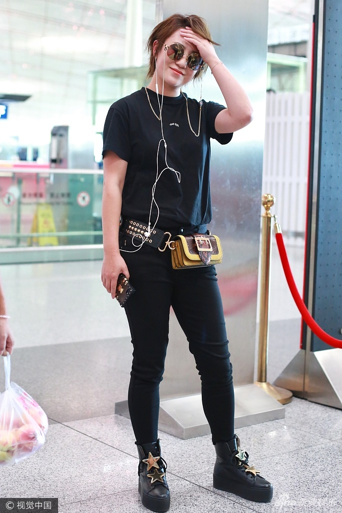 马丽全黑LOOK现身机场 带墨镜扮潮挥手微笑