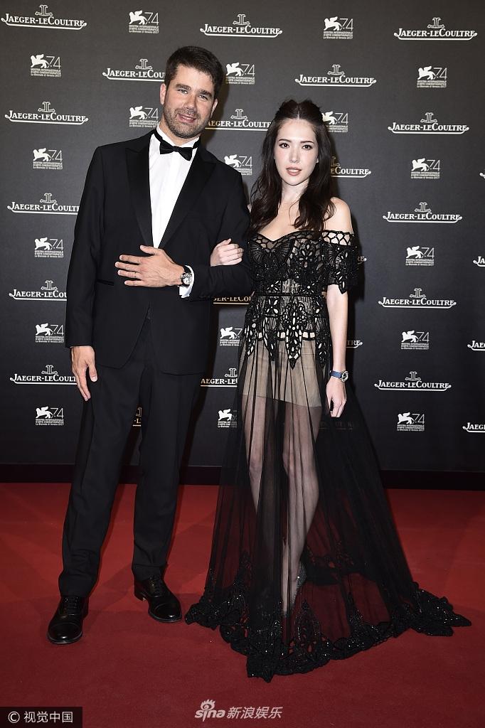 第74届威尼斯电影节!许玮甯穿黑色蕾丝一字肩透视裙亮相 性感迷人