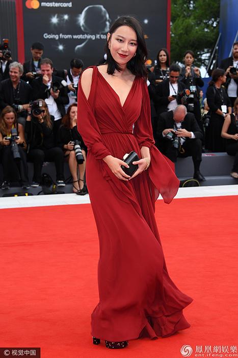 74届威尼斯电影节红毯:英泽红色深V裙气场足