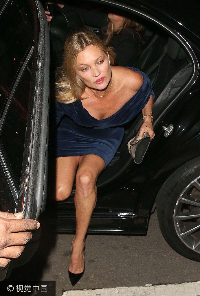 43岁老牌超模凯特・摩丝穿蓝色丝绒裙秀香肩美腿 下车俯身秀性感妩媚动人