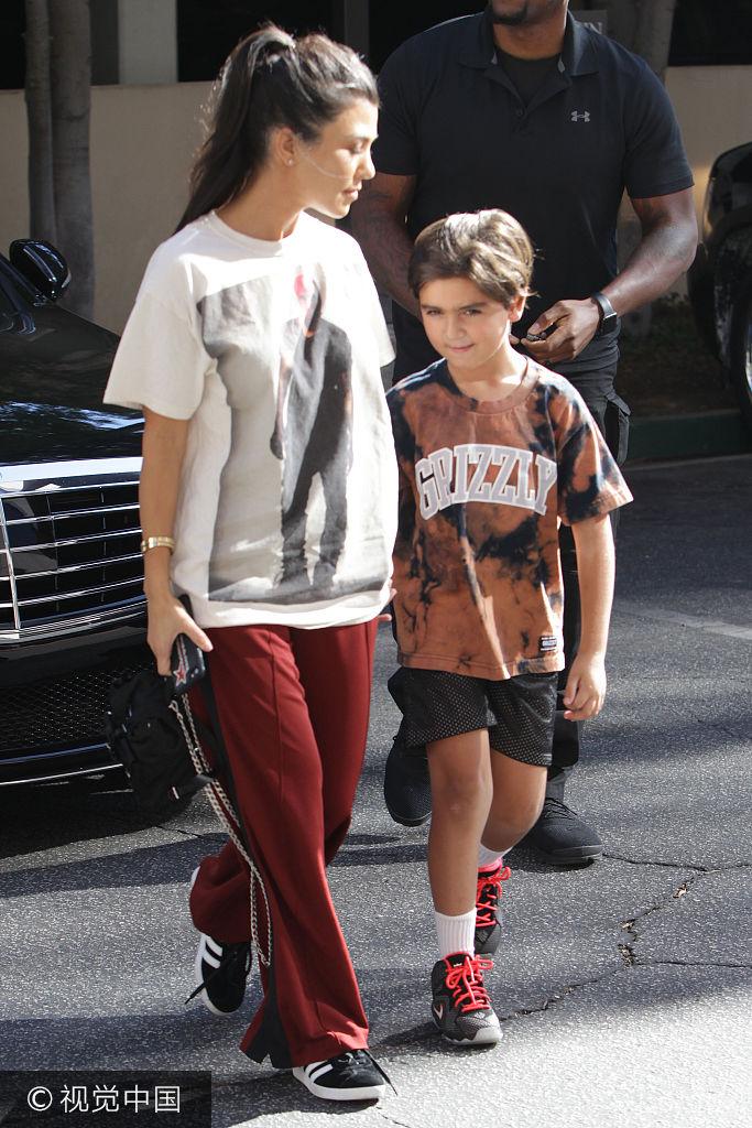 金大姐考特妮休闲装送儿子上学 紧握儿子手母爱满满