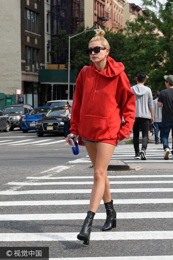 超模海莉穿oversized卫衣秀美腿 街头当秀场成最美风景