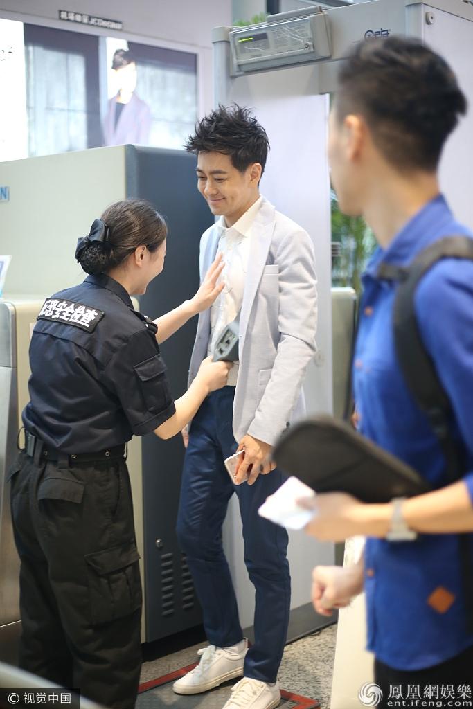 林志颖过安检