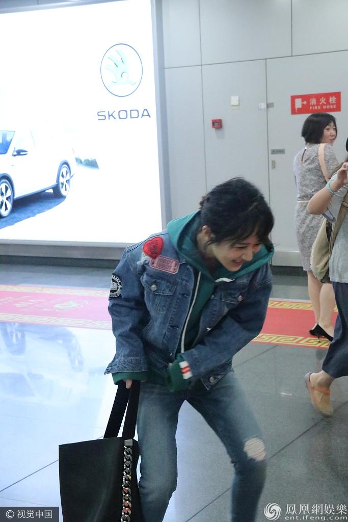 杨紫机场笑到直不起 大方送签名秒变