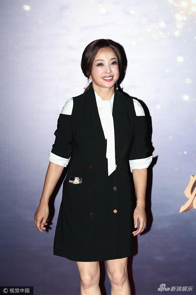 刘晓庆潮装打扮活力十足 合影小鲜肉面泛油光