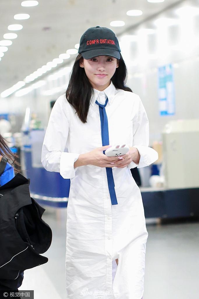张嘉倪现身北京机场打扮小清新 皮肤水嫩素颜面对镜头
