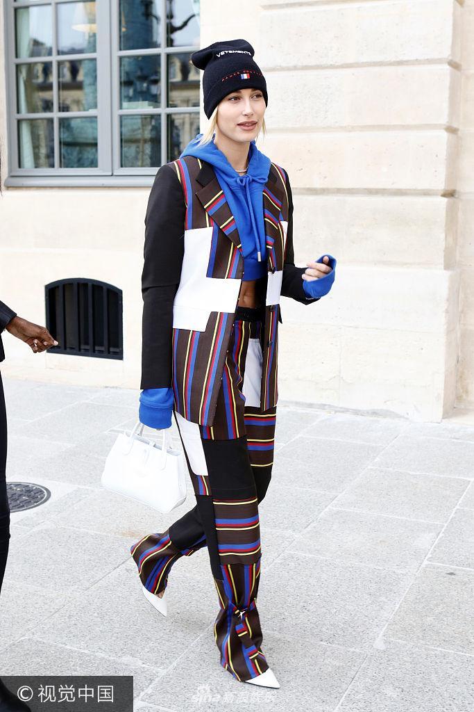 2018春夏巴黎时装周 海莉・鲍德温条纹西装配帽T帅翻天