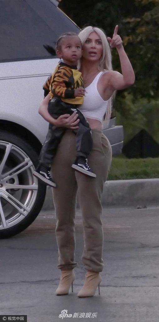 卡戴珊带着女儿西北妹现身街头 蹲地上哄娃