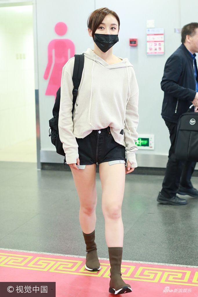 2017年10月6日,北京,袁姗姗身穿长袖卫衣搭短裤机场大秀美腿,口罩难遮