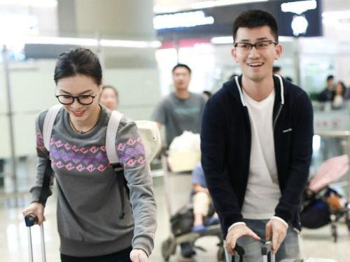 吴敏霞与老公完婚后现身 贴心送摄影师喜糖