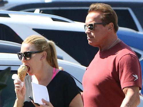 施瓦辛格与女友约会吃冰淇淋 豪放撩衣露肥肚腩十分抢镜