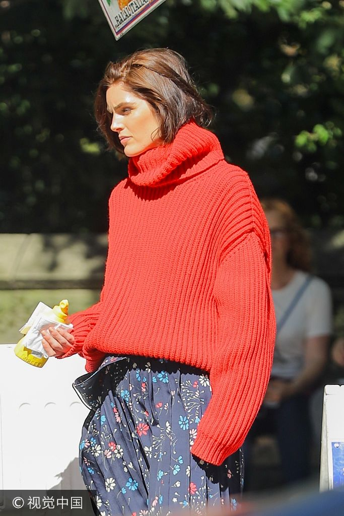超模希拉里・洛达穿毛衣拍大片 站街边吃热狗豪放似女汉子