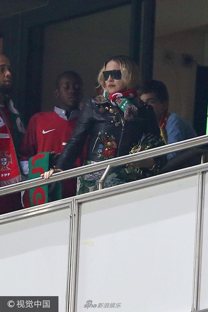 麦当娜变葡萄牙球迷到场支持 穿皮衣手扶栏杆显女王气场