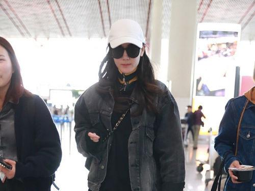 迪丽热巴现身机场神情略显严肃 穿高领卫衣御寒脚步匆匆
