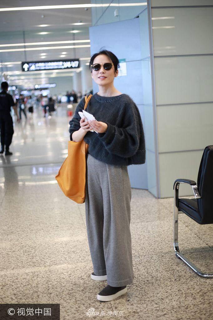 46岁俞飞鸿黑超难遮不老容颜 阔腿裤背超大包包现身机场