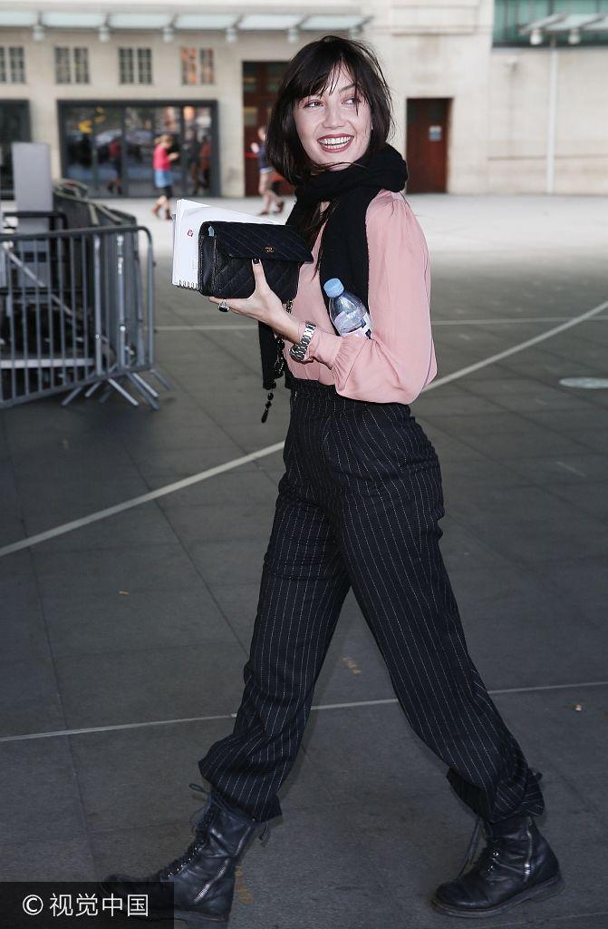 黛西・罗易粉色衬衣俏皮可爱 边走边凹造型笑容甜美