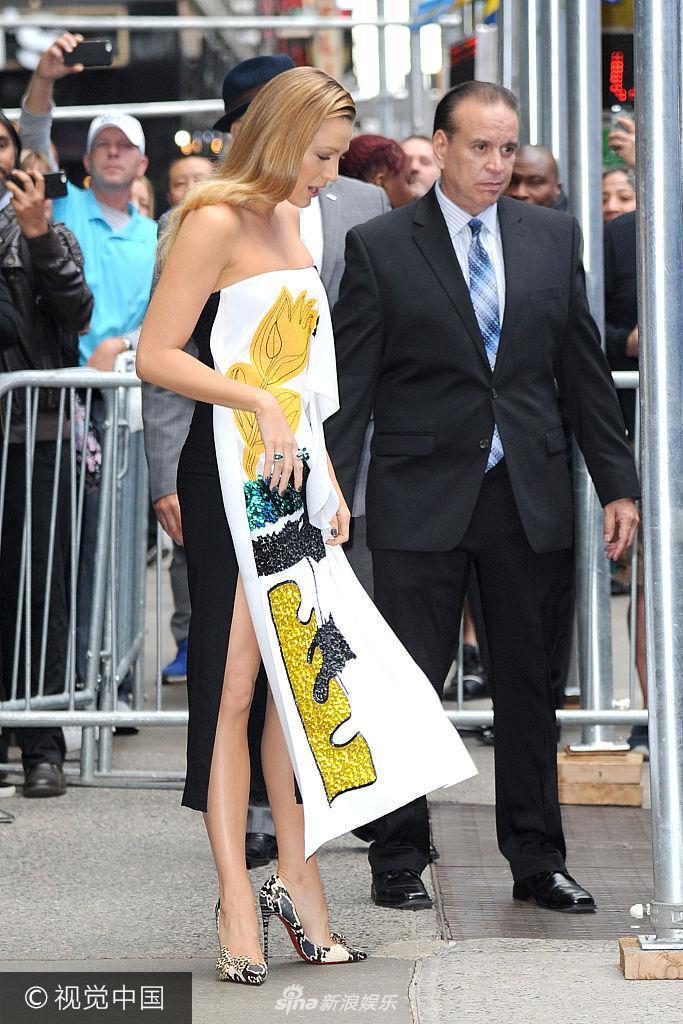 莱弗利裙摆飞扬美腿隐现 抹胸印花裙街头凹造型身材迷人