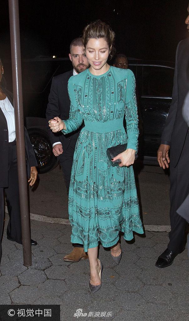 杰西卡・贝尔穿墨绿长裙优雅大方 获丈夫牵手护送狂撒狗粮