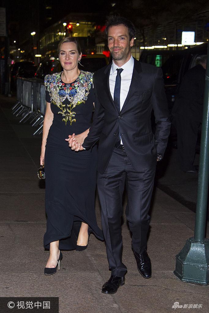 凯特・温丝莱特与丈夫十指紧扣秀恩爱 穿印花长裙优雅迷人
