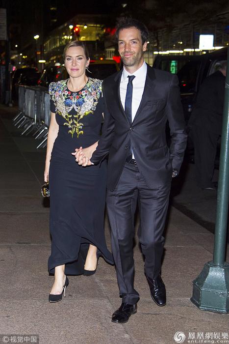 凯特温丝莱特与丈夫出席活动 身穿印花长裙优雅迷人